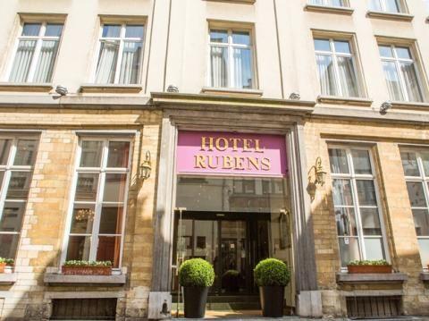 Hotel Rubens - Grote Markt - Antwerpen  Uniek in Hartje historisch Antwerpen! Een 4 sterren de luxe hotel waar zowel de zakenman als de toerist zijn gading vindt. Op enkele passen van de Grote Markt uiterst centraal en rustig gelegen tussen de patio met de 16e eeuwse zuilengang en de tuin met uitzicht op een prachtige 18E eeuwse gevel biedt dit romantisch charmant hotel U 36 Kamers waarvan 3 Junior Suites en 1 Rubens Suite (80m2)  EUR 99.00  Meer informatie  #vakantie http://vakantienaar.eu…