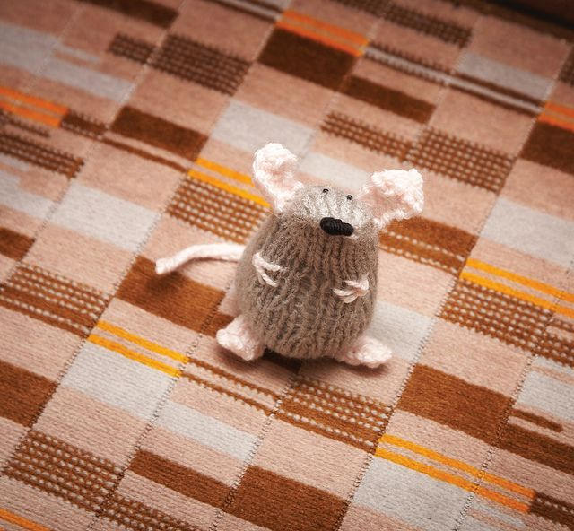 Captain Cat-Battler. The knittet pirate mouse. Free pattern on Ravelry.