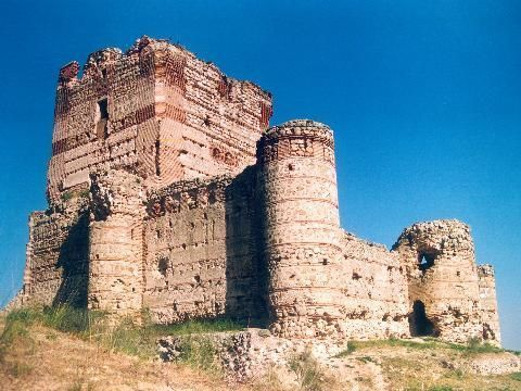 CASTLES OF SPAIN - Castillo de Aulencia o de Villafranca,(Madrid). El castillo es de origen musulmán, junto a el surgió la desaparecida aldea de Villafranca del Castillo. Situado cerca de las confluencias de los ríos Guadarrama y Aulencia. Vivió directamente los avatares de la guerra Civil de 1936 y sirvió de acuartelamiento a uno de los bandos. Formaba parte del frente de Guarrama y sabido los encarnizados combates que hubo en la zona, se comprende el deterioro general de este castillo.