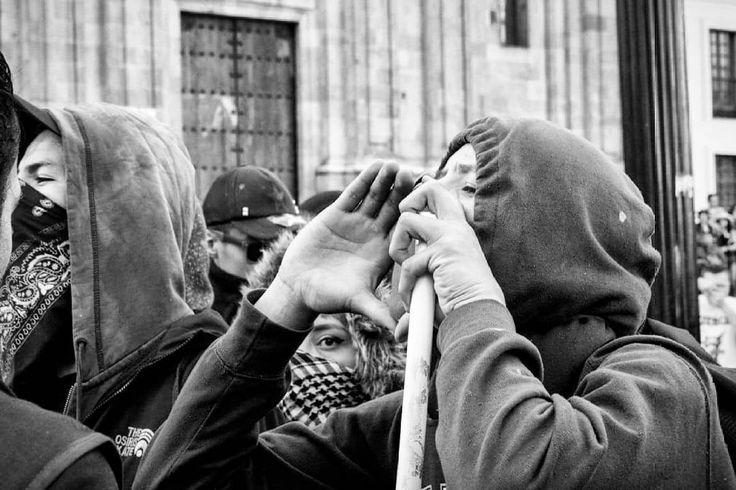Bogotá, Colombia.  Ph : Santiago Rodriguez @santyrodriguez26 / Tejiendo Memoria  Grupo de aproximadamente 15 encapuchados atacan al esmad dejando una huella violenta y negativa ante la buena organización que lograron los sindicatos.  #TejiendoMemoria #HistoriasDeMiAldea #Bogotá #streetphotography #Colombia #disturbios #protestas #Paro #ESMAD #capturas #Photojournalist