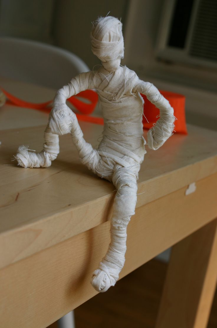 """Mini Mummies Tutorial--love these wrapped up ghouls! #halloween """"mummy on the shelf""""!!"""