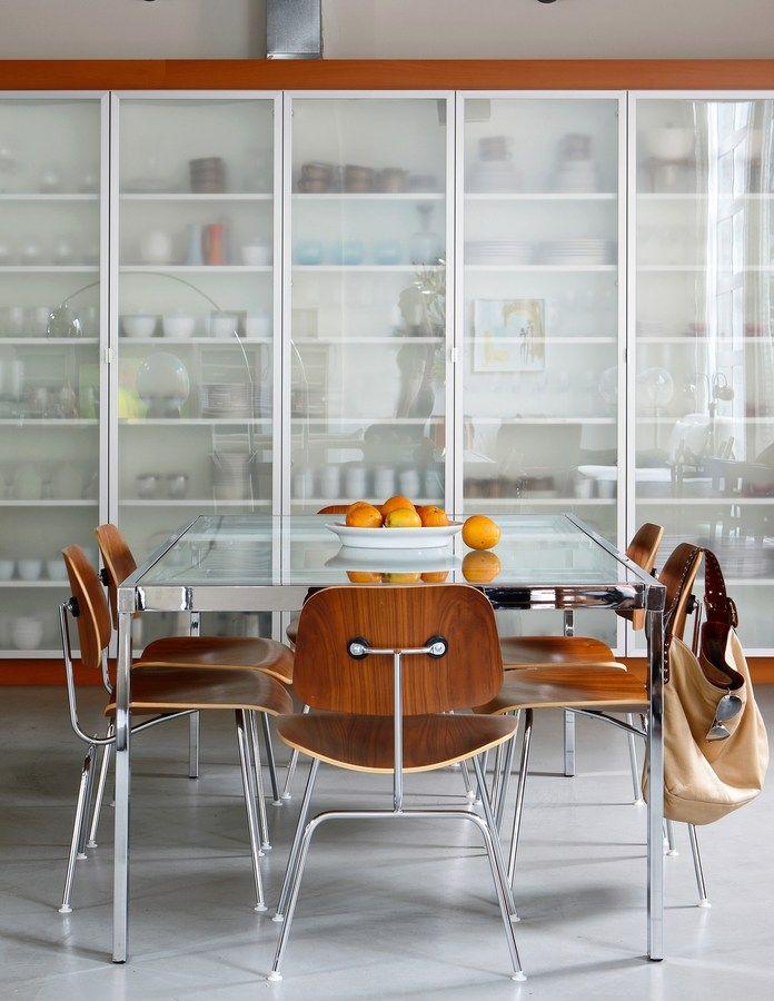 ガラス扉の大きな造作食器戸棚のあるキッチン