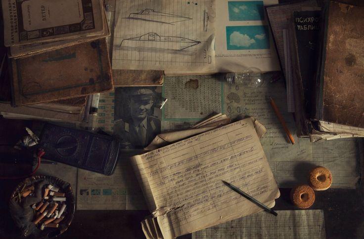 Метеорологический журнал, облачный атлас и другие полезные и важные для работы книги разбросаны по столу Вячеслава. Фотография Юрия Гагарина вырезана из газетной заметки о его гибели в 1968 году.