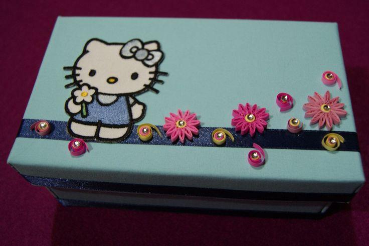 Caixa de arrumação Hello Kity forrada com tecido e com aplicação de Flores em Quilling.