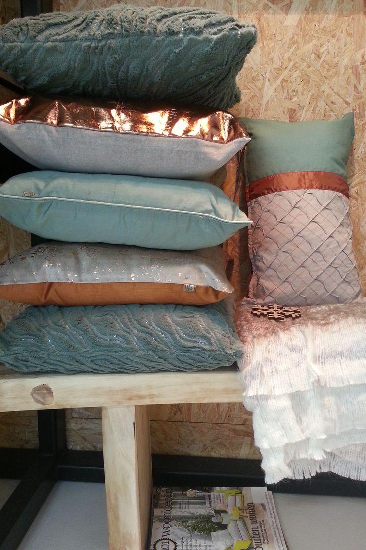 Kussens in koper-en groentinten. http://www.houseofmadu.nl/shop/textiel/