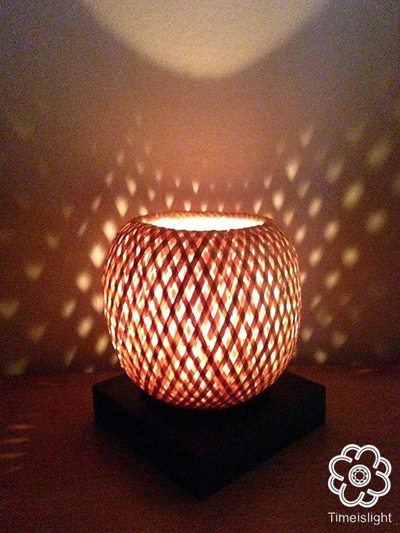 Bougeoir en bambou éco-design, par TIME IS LIGHT Tressage artisanal original et originel du Vietnam. Avec sa double peau en bambou tressé entièrement fait main, le bougeoir en bambou, est solide et léger. Son spectre lumineux apaisant, diffuse à travers son fin maillage une lumière tamisée, une douce atmosphère propice à la création et ou, la méditation. Fiche technique : - Abat-jour en bambou tressé - Hauteur 15 cm Diamètre 13 cm - Socle en bois laqué noir - Bougie Hauteur 5 cm