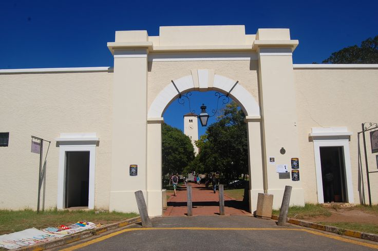 The Drostdy Arch is the pedestrian entrance to Rhodes University. Originally this was the entrance to the military grounds and it was also the gateway to the administrative hub of the then Eastern Frontier.