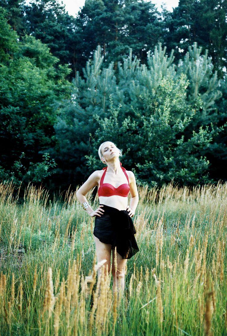 Project: Wet  hair: Kateřina Muratová styling: Alice Reindlová photo: Valentýna Janů model: Simona Janů Eisenwortová  #fashion #editorial #wetlook #messy #projecttraining #summer