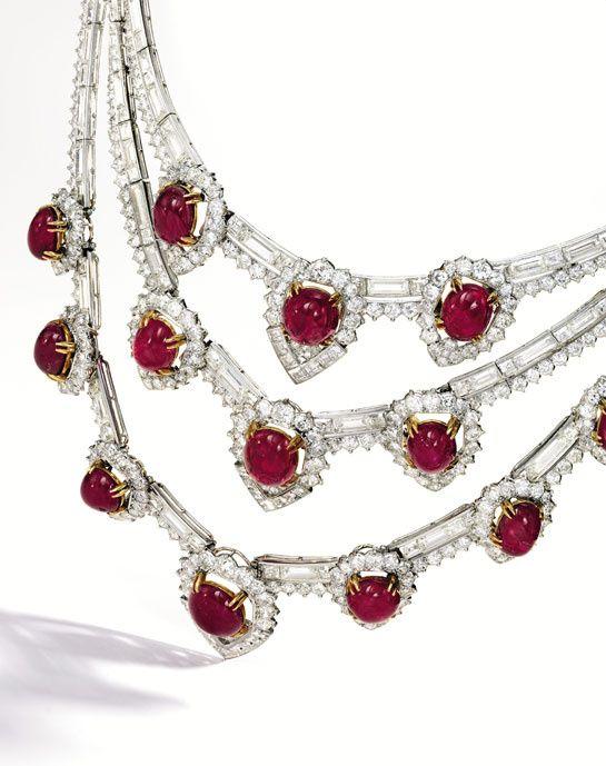 Collier Van Cleef & Arpels en or 18 carats, diamants baguette et ronds, 14 rubis cabochons pesant 95.00 carats. Propriété d'Estée Lauder. Epoque: 1950