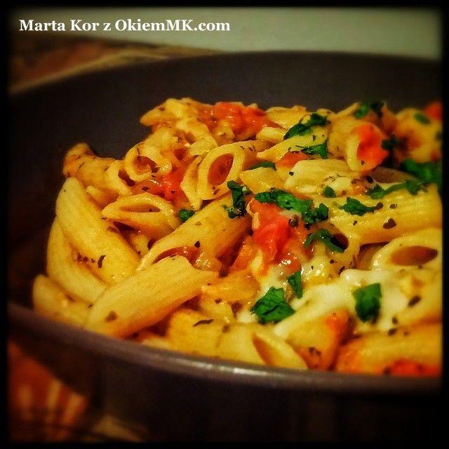 Zdrowy obiad w 15 minut: Pasta z pomidorami, mozarellą i wybranymi ziołami