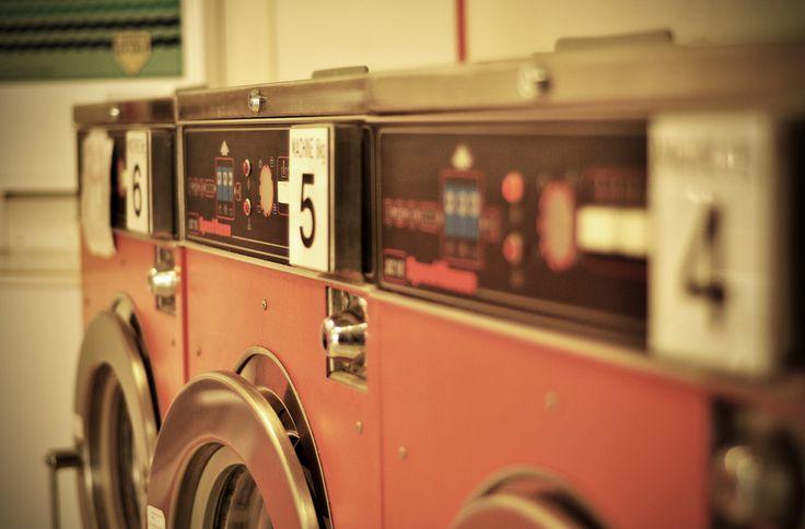 Kleding wassen moeten we allemaal, maar soms gaat er wel eens iets mis. Volg onze tips op en was die gebreide trui nooit meer te heet en hou je witte overhemd wit. Twintig tips om superschoon te wassen!