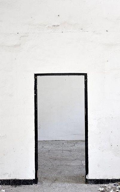 Shops Smart, Black And White Shops, Black Doors Frames, Black White, White Inspiration, Doorway Interiors, Doors Frames Black, Fashion Shops Interiors Design, White Wall