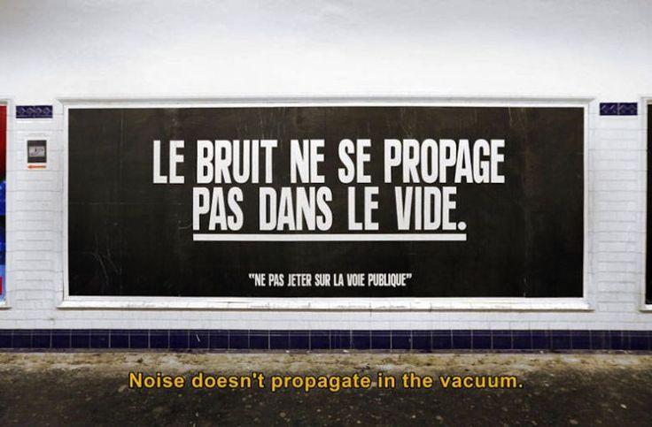 """Les maximes de la série """"Ne pas jeter sur la voie publique"""" de Sean Hart s'affichent dans métro parisien."""
