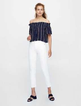 Diapositive 14 sur 20: Pantalon blanc, 29,99 € et chemiser épaules dénudées, 12,99 €, Pull & Bear.