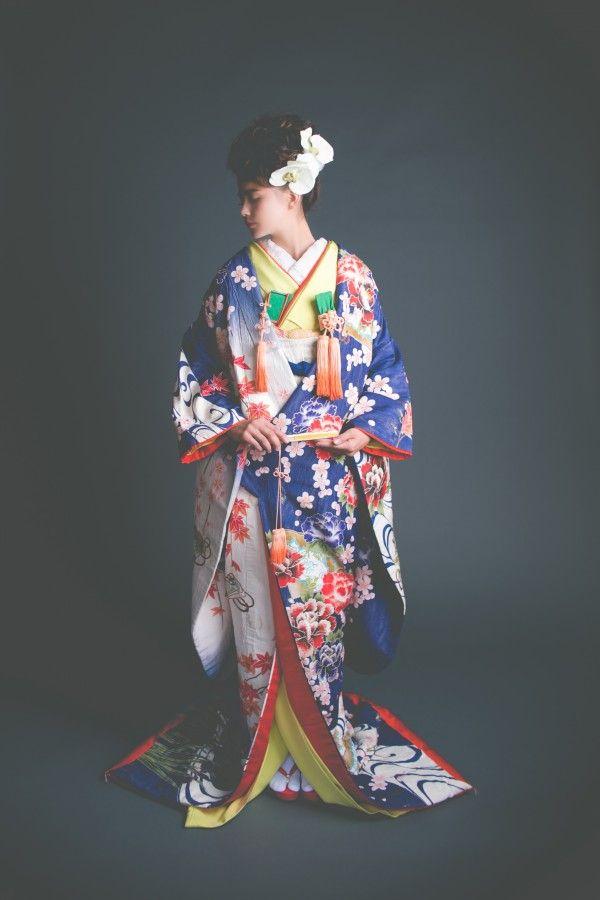 『紺朧富貴文様』淡く上品にぼかして描かれた紺と白のグラデーションが美しい友禅の色打掛。特徴的に縮れた生地表面が、より個性的な風合いを演出する粋な一着です。