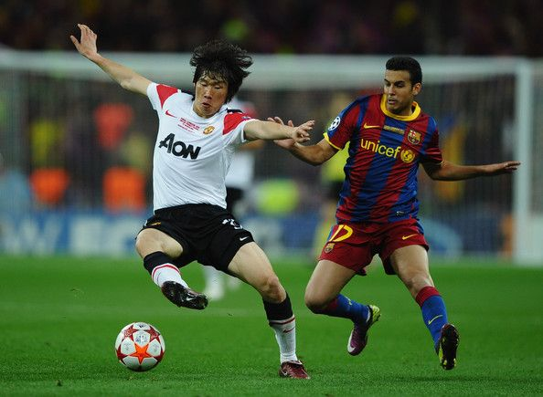 Park Ji-sung Photos - Pedro of FC Barcelona battles with Park Ji-Sung  of Manchester United during the UEFA Champions League final between FC Barcelona and Manchester United FC at Wembley Stadium on May 28, 2011 in London, England. - Park Ji-sung Photos - 54 of 225