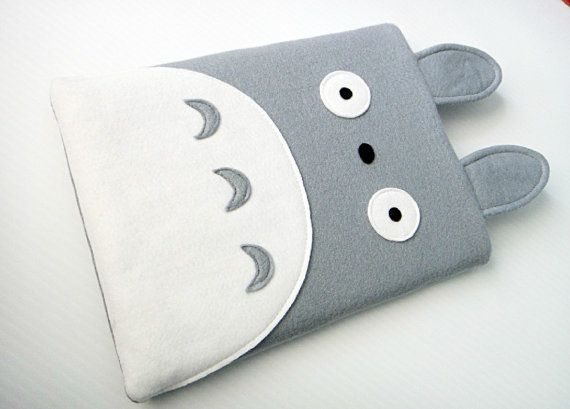 Felt iPad Sleeve / Case - Totoro << I don't have an iPad, but I could make it for my mp3 player...