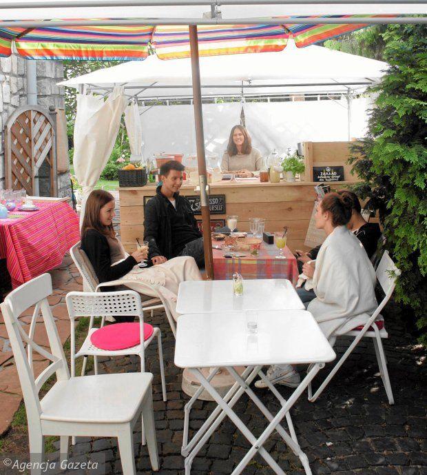 Niecodzienna, ul. Kołobrzeska 7. Pachnie ogrodem i kawą.  Więcej:  http://warszawa.gazeta.pl/warszawa/1,34889,14373624,Ogrod_pelen_smakow__Tutaj_pachnie_kawa_i_kwiatami.html