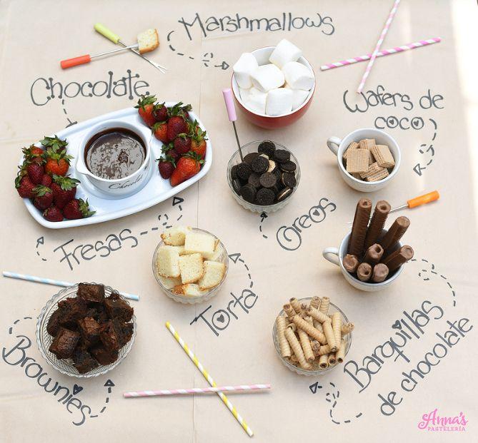 Una idea preciosa para presentar el fondue de chocolate, sólo se necesita papel Kraft y un Sharpie!. Además la receta para el fondue es la mejor, del blog Annas Pasteleria annaspasteleria.com - Chocolate fondue bar!
