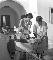 Οι παλιές φωτογραφίες και ποστ καρτς της Κύπρου, όπως αυτή του Reno Wideson, με συγκινούν καθώς μου αποκαλύπτουν μια αγνή, αθώα και  όμορφη πατρίδα που δεν ζήσαμε. Την Κύπρο των μεγάλων δυσκολιών αλλά και την Κύπρο της αξιοπρέπειας!