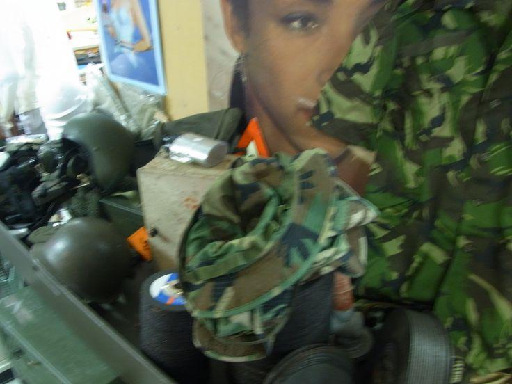 Wij verkopen diverse legerspullen. Legerjassen, helmen, kisten, pukkels, plunjebalen etc.