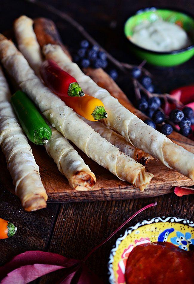 Cygara z ciasta yufka nadziewane wieprzowiną z sosem tzatziki