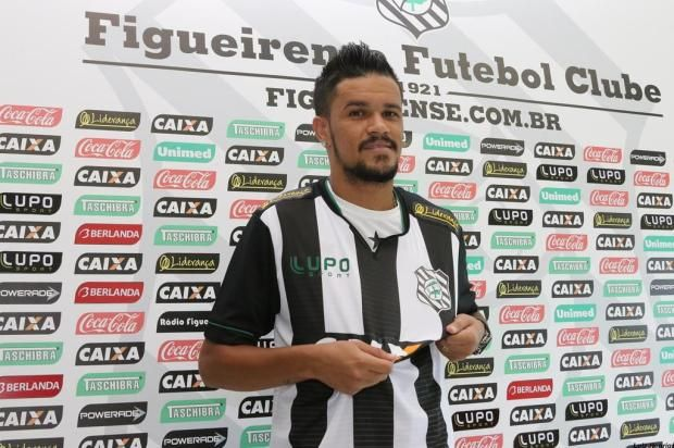 Rafael Bastos chega para assumir a camisa 10 do Figueirense +http://brml.co/1zpvPjN