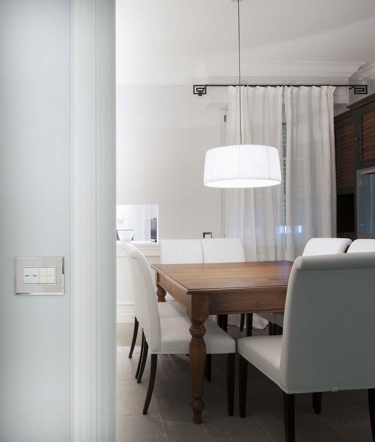 Vimar domotica By-me appartamento a Siena. Sala pranzo con la serie Eikon Evo bianca placca argento ghiaccio