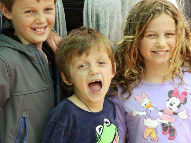 Mo Maslin, de 12 anos, o irmão Otis, de 8, e a irmã Evie, de 10, voltavam para casa, na Austrália, depois de férias na Europa com os pais. E...