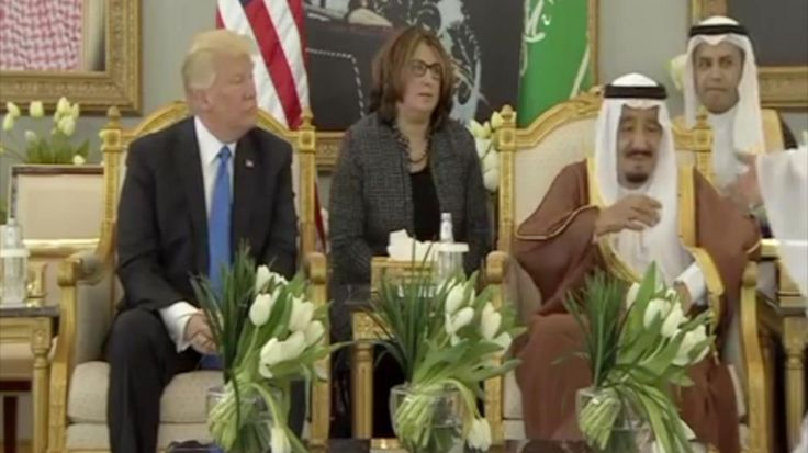 Watch: King Salman shows Trump Saudi coffee drinking etiquette | Arab News