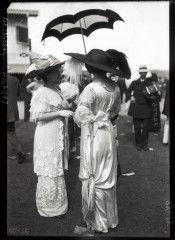 Élégantes au champ de courses de Deauville, 1912