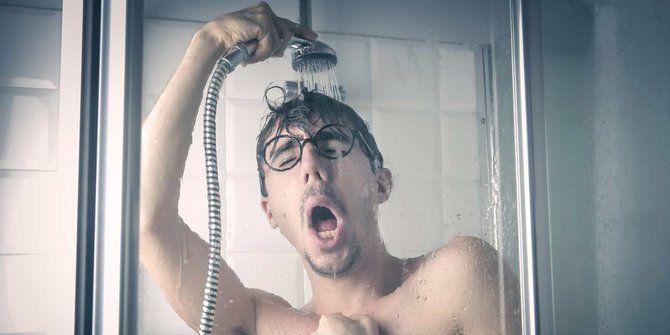 Zeropromosi - Mandi dengan air hangat memang mampu melemaskan otot tubuh yang tegang. Sehingga setelah mandi atau berendam dengan air hangat, Anda merasa lebih tenang dan santai. Namun tahukah Anda bahwa mandi dengan air dingin sendiri menyimpan banyak manfaat kesehatan?