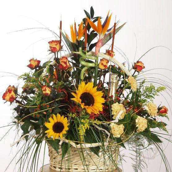 Jesienna Kompozycja w koszu ze slonecznikami i szampanem na rocznice slubu. www.kaja.lebork.pl  #fall #flowerbasket #arrangement