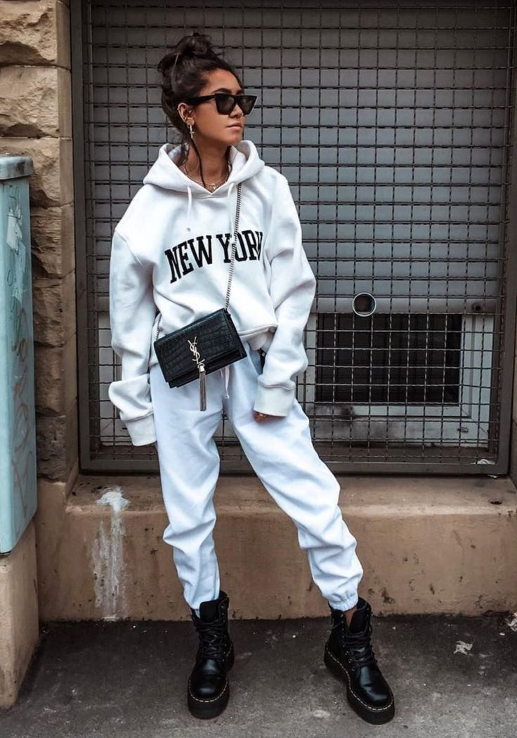 20 Looks urbanos y elegantes para crear con tus sudaderas Lazy Outfits, Cute Casual Outfits, Casual Ootd, Cool Girl Outfits, Blue Outfits, Hipster Outfits, Sporty Outfits, Urban Outfits, Comfortable Outfits