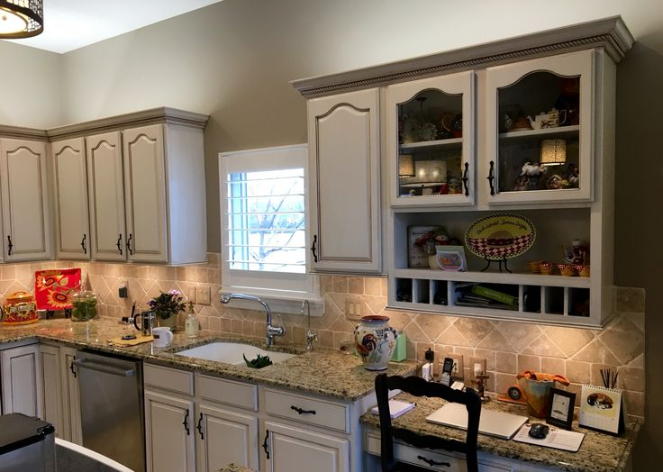 Etonnant Painted Kitchen Cabinets With A Heavy Aging Glaze Applied.