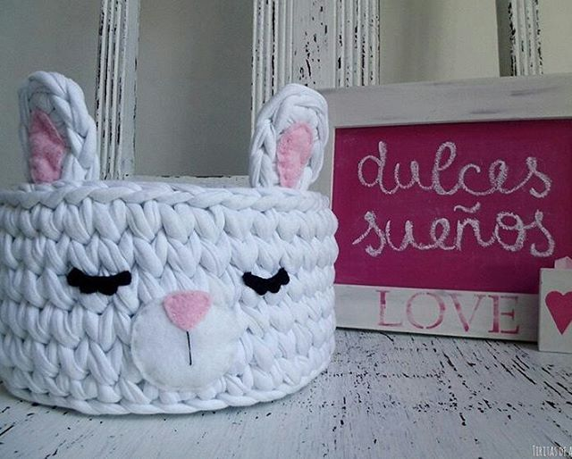 Inspiração do dia @tiritasdealgodon - #inspiração #inspiration #cestatrapillo #cestofiodemalha #fiosdemalha #trapillo #yarn #crocheteiras #crochet #crocheting #crochetlove #crochetingaddict #croche #yarnlove #yarn #knitting #knit #penyeip #craft #feitoamao #handmade #croche #croché #croshet #penyeip #вязаниекрючком #uncinetto #かぎ針編み #instagramcrochet #totora