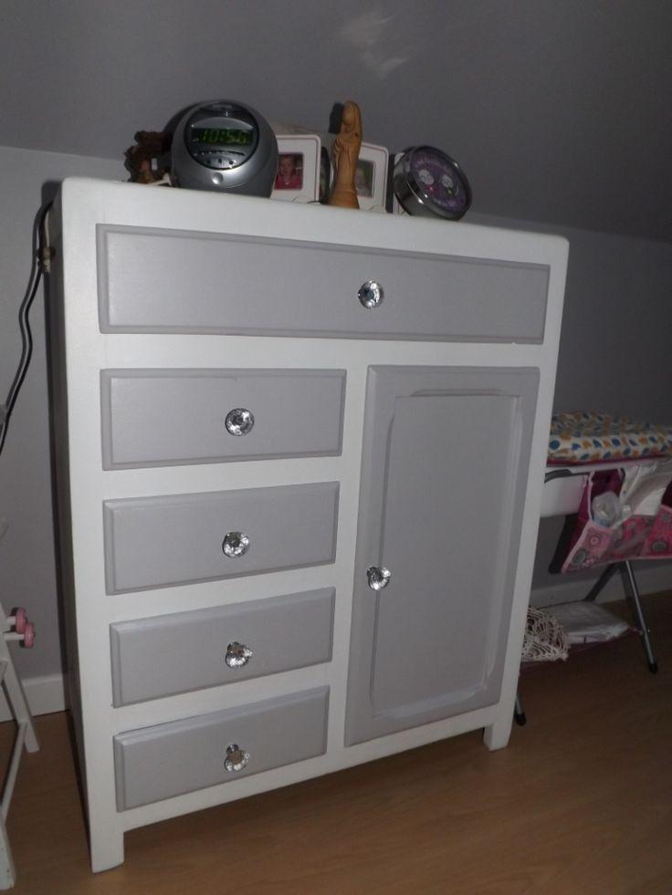 """meuble restauré: peinture blanche et gris violine et boutons imitation """"diamant"""""""