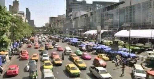 Автомобильные пробки в Бангкоке продолжаются весь день