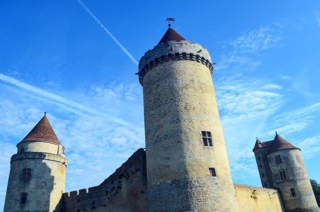 Amazing weather over the beautiful medieval castle of Blandy Les Tours ☺👌🏻. . . . . #france #france🇫🇷 #法國 #フランス #francia #프랑스 #prancis #فرانسه #frança #франция #ฝรั่งเศส #fransa #pháp #visitfrance #travel #photo #photography #picoftheday #photooftheday #行きたい #beautyoffrance #francecommunity #blandylestours #medieval #castle #bluesky #skyporn #お城 #綺麗
