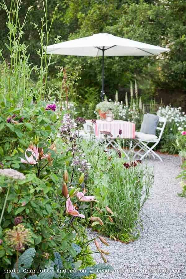 Beetgestaltung mit Kiesbelag im Garten