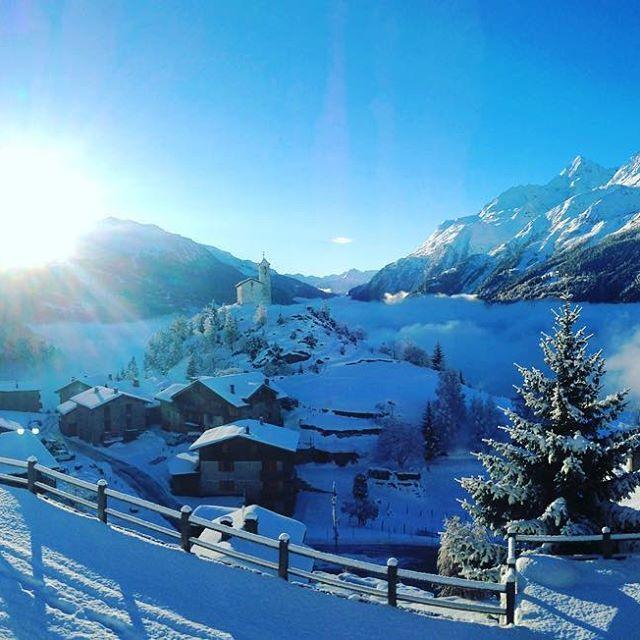 Yesterday morning... World best view award ! 🏅😎❤️ #larosiere #view #valley #seaofclouds #bluebird #bluesky #snow #village #mountain #cosy #alps #france #skiresort #neige #poudreuse #station #ski #snowboard #holydays #vacances #noel #christmas #christmasspirit #nature #wonderland #wonder #sunrise