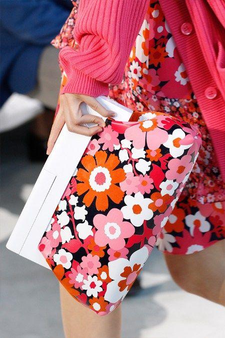 Большой клатч с цветочным принтом Майкл Корс для весны и лета 2017
