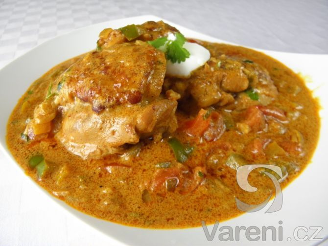 Vyzkoušejte recept inspirovaný indickou kuchyní na přípravu kuřecích horních stehýnek s rajčaty, paprikou a voňavým kořením.