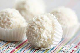 INGREDIENTI: - 50 g di farina di cocco + altra per la copertura; - 75 g di latte condensato. In una ciotola mescolate il latte condensato con la farina di