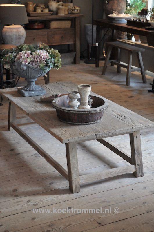 Salontafel van Hoffz Interieur, gemaakt van oud teakhout met een vergrijsd uiterlijk.