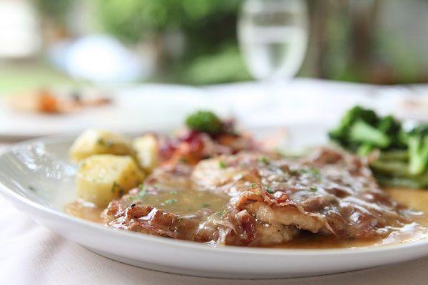 Geniet van saltimbocca, naar een recept van Elizabeth Minchilli uit de culinaire…