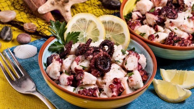 Este es nuestro entremés, es una ensalada de pulpo. Es una receta fácil y rapida y muy buena para una comida de pescado.