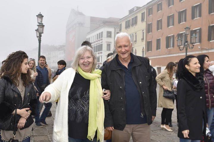 6.Essens Anniversary - Za odměnu nás firma Essens pozvala do Benátek. Procházka po Benátkách s výkladem. Jsme nadšeni. Jdu v doprovodu Uli Waltera - Global Business Consultant for ESSENS EUROPE SE. Máme na co vzpomínat. Vedle produktů a výdělků Essens jsme obohaceni o fantastické zážitky.  #venice #cestovani #essenseurope #essenslifestyle #essensanniversary #2017 #uspech #podnikani #essensclub #essens #essensworld #leaders #italy #essensanniversary #justfeelit #financnisvoboda #followme…