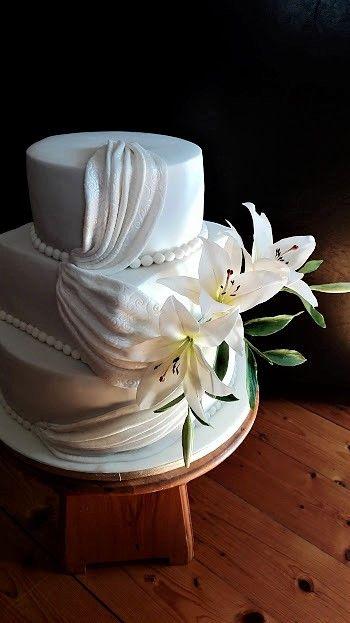 Lilies wedding cake