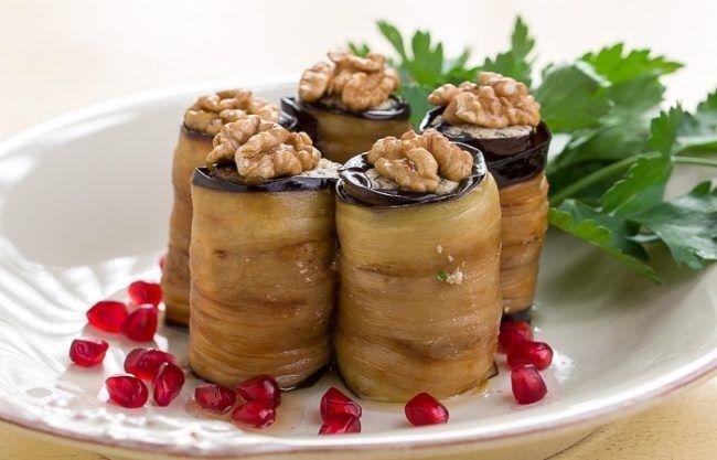 Закуски могут пригодиться не только в паузах между салатами и горячим, но и стать настоящим украшением праздничного стола. Вот несколько вариантов симпатичных, аппетитных и, главное, простых закусок.
